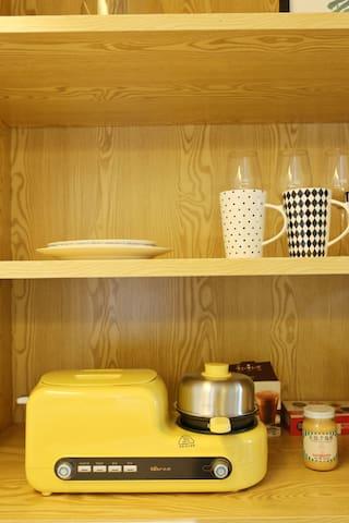 面包机、煎蒸蛋机、餐具