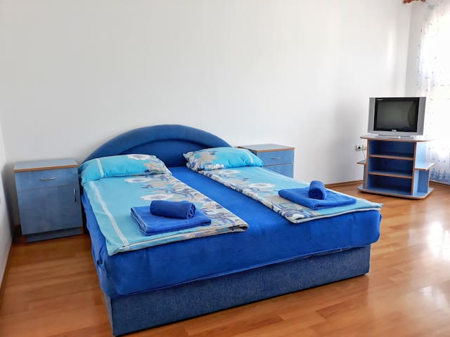 King size bed at studio Blue 1