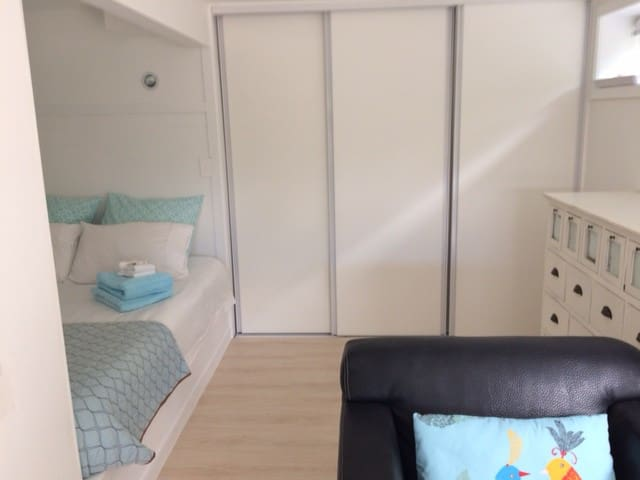 Compact, chic Devonport studio near the sea ...