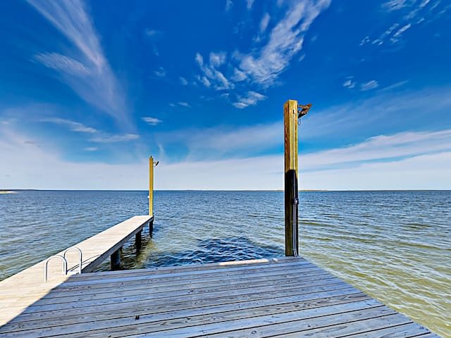 Community amenities include access to a boat dock.