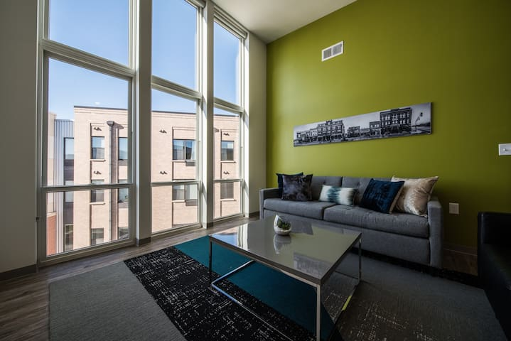 *New* Modern Condo- Heart of DT & Free Parking