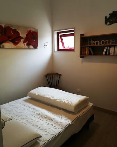 Coin chambre avec lit 140 cm et rangements