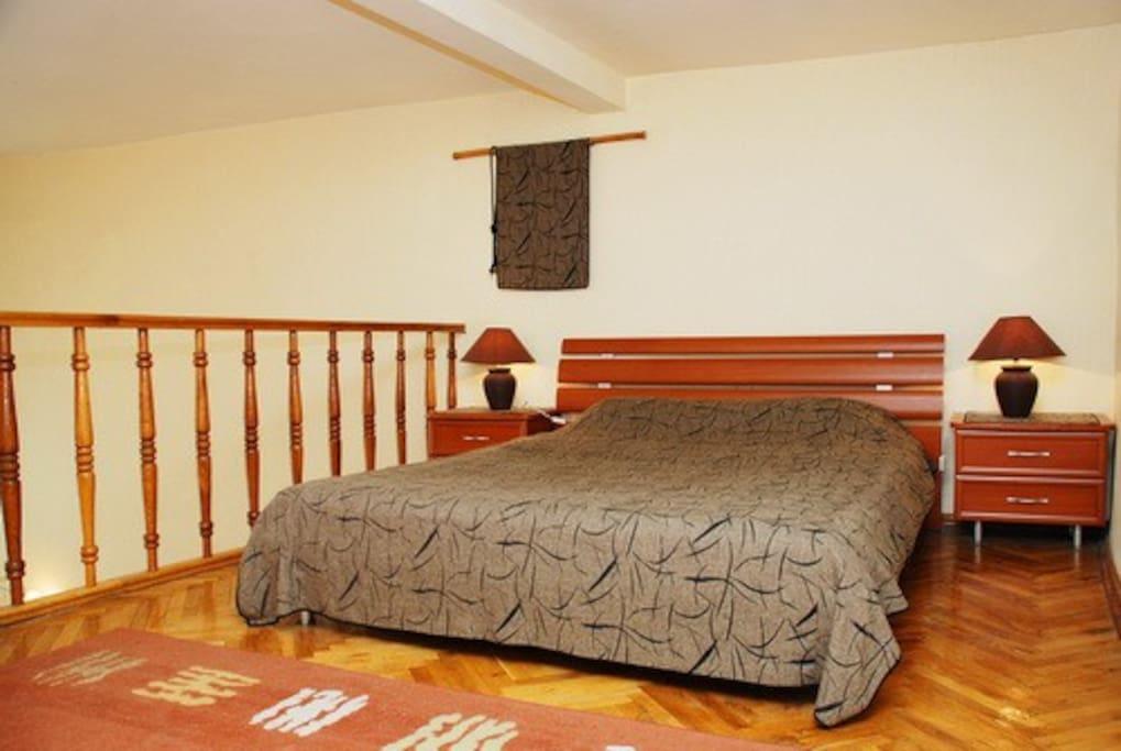 второй уровень - еще одна спальня с большой двуспальной кроватью.