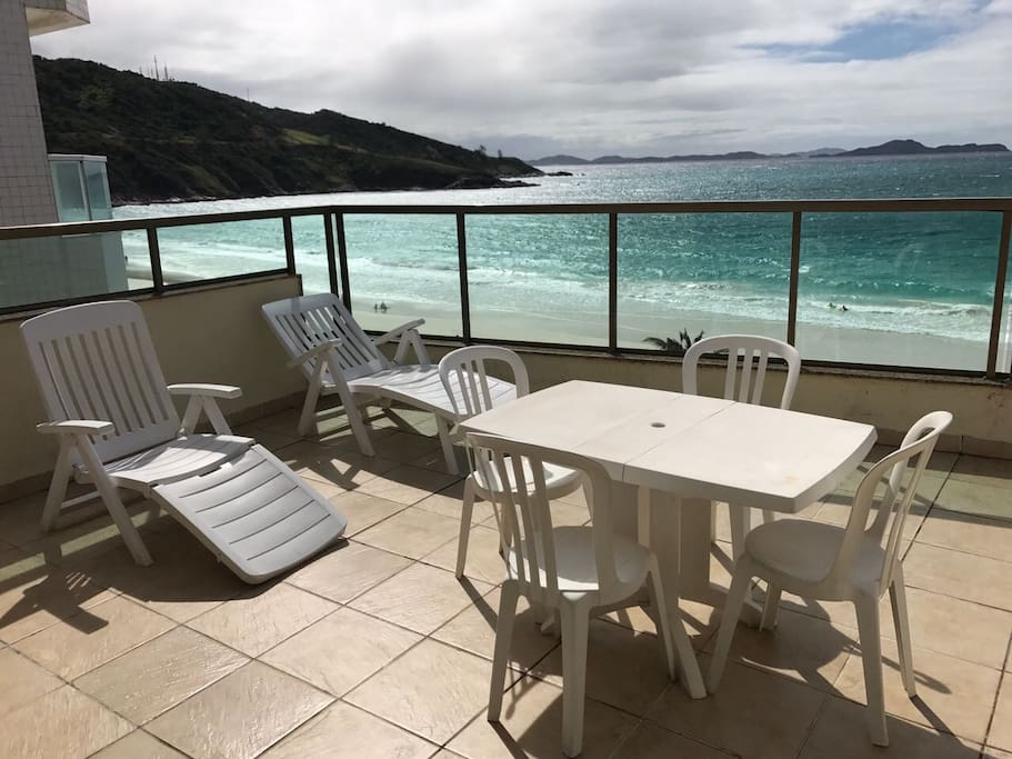O terraço possui espreguiçadeiras pra relaxar depois ou durante a praia.