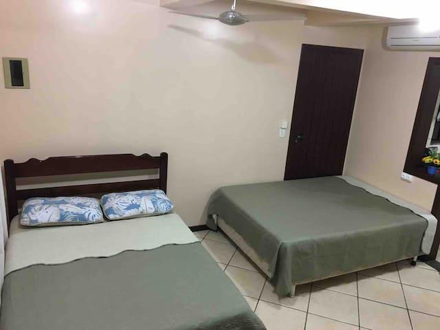 Quarto com uma cama de casal ou (com possibilidade de colocar mais uma cama de casal)