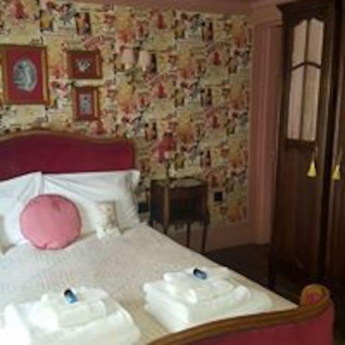 Moulin Rouge with en-suite bathroom