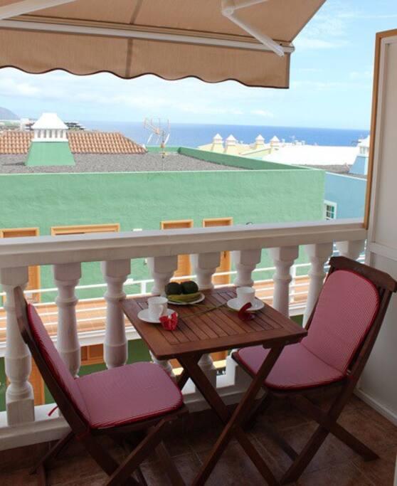 Terraza con vistas al mar y a las montañas.