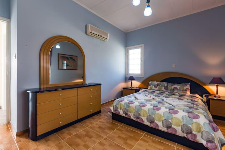 Double bed bedroom 2nd floor