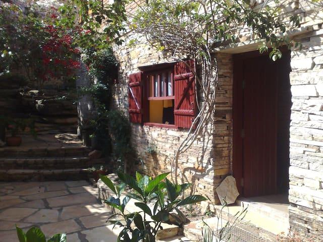 Casa de pedras  com lindo jardim - São Thomé das Letras - Haus