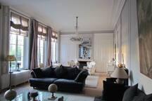 Vue d'ensemble du salon du Château avec une vue exceptionnelle sur le parc, accès terrasse.
