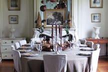 Salle à manger de réception du Château pour 14 à 16 personnes avec vue sur le parc.