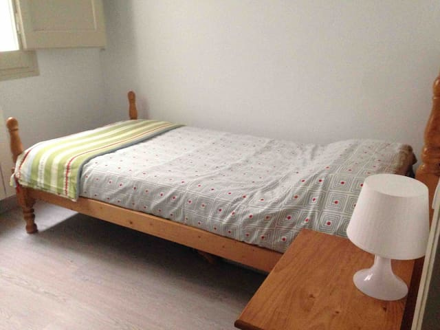Great single room next to Montjuic