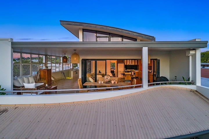 Jonson St Penthouse - Central Byron Bay with Views