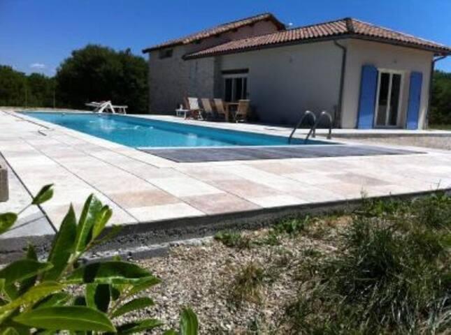 Charmante maison avec grande piscine chauffée.