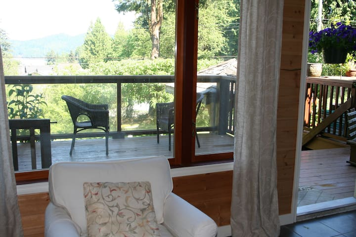 Cosy, private with View - Gibsons