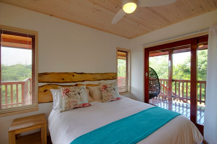 Monzi Safari Lodge - luxury 2 bedroom log cabin