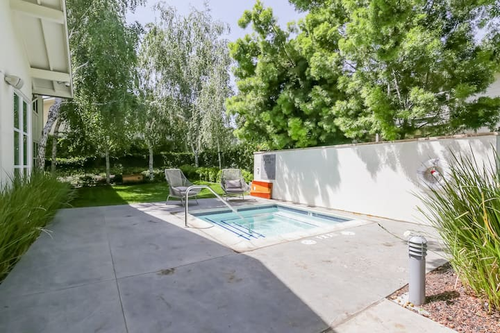 2 Bedroom with Amenities near Apple HQ