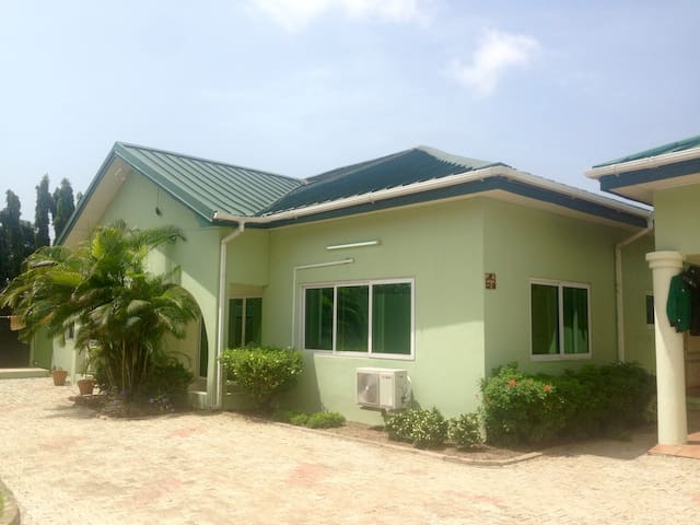Spacious room in lovely Cantonments house - Accra - Hus