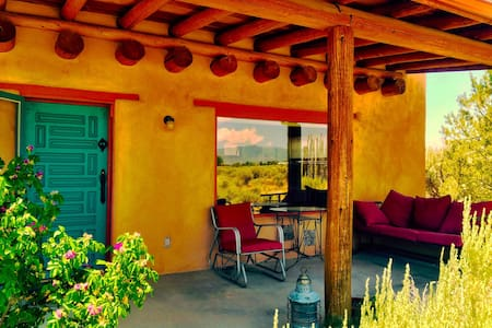 Magpie and Raven Mountain View Casita, Taos - Таоса - Гостевой дом