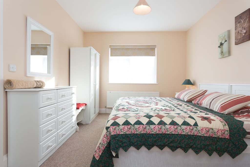 Bedroom with double bed, can also be set up twin beds.