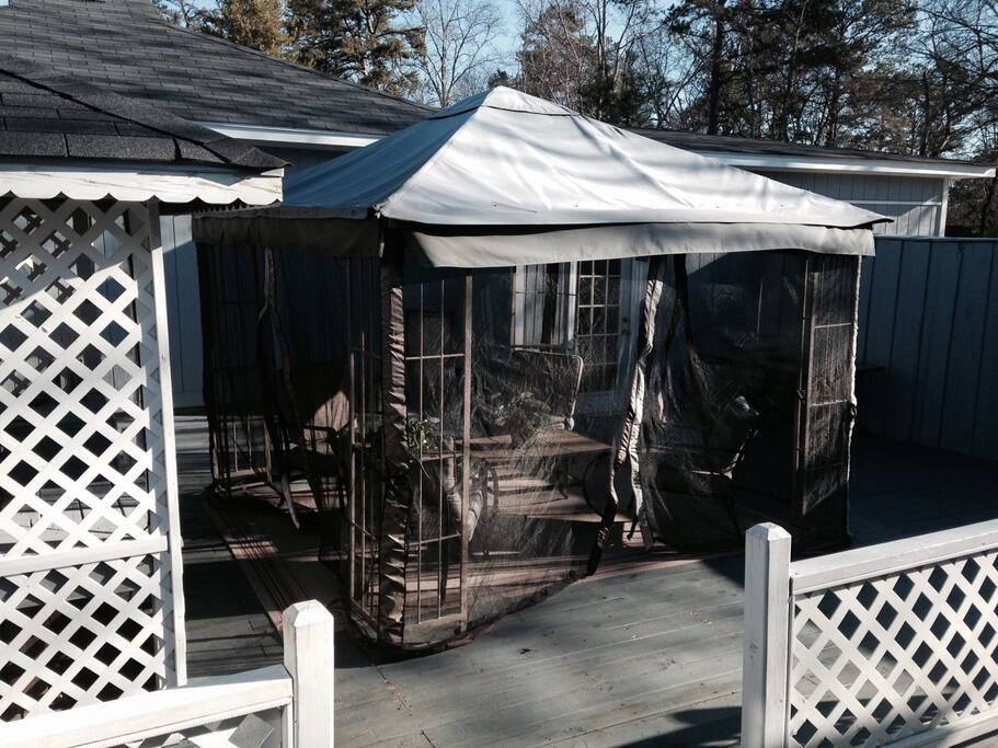 Screened in room next to hot tub - enjoy a cocktail and cigar while relaxing