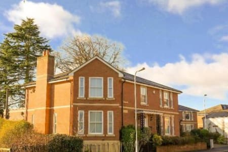 EXCELLENT COUNTRY/TOWN 5 BED HOUSE - Monmouth - Dom