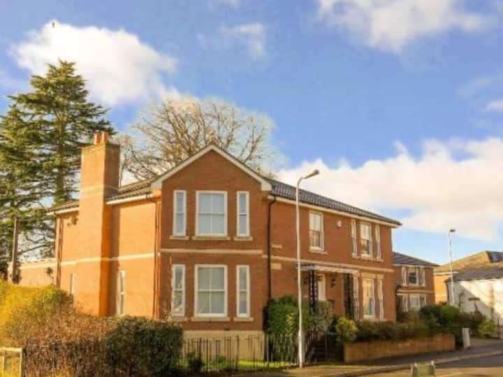 EXCELLENT COUNTRY/TOWN 5 BED HOUSE