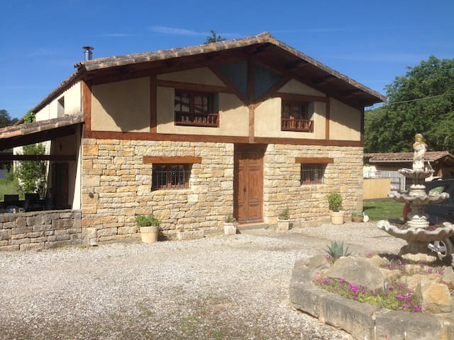 3 bed gite, sleeps 6, pool, hot tub, wifi, in Aude