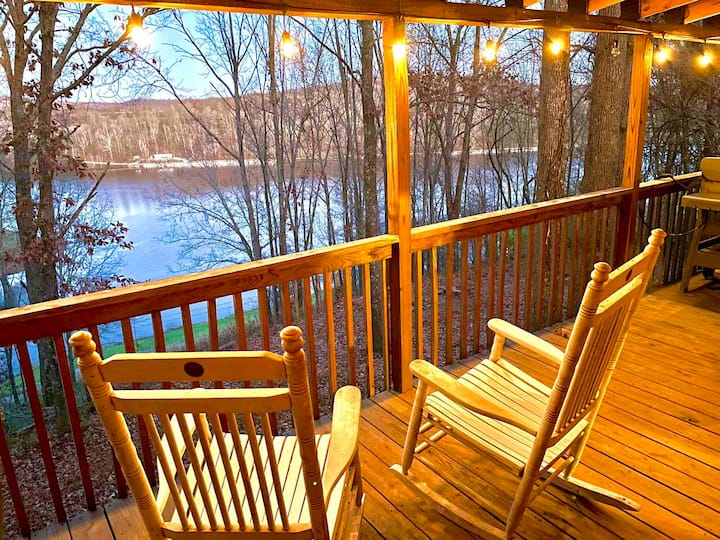 Comfy Cozy Little Lake Cabin