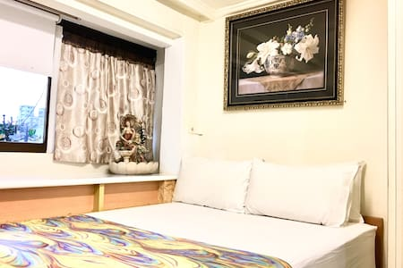 有隔間隔音並可上鎖的第1 間房(標準雙人床)白天窗戶打開,光線充足空氣清晰晚上可將窗簾放下幫助睡眠,每個房間內都有自己的靜音空調、TV享用,寢具用品都是專業的高溫消毒清洗整燙,讓貴賓您舒服甜蜜的入夢鄉