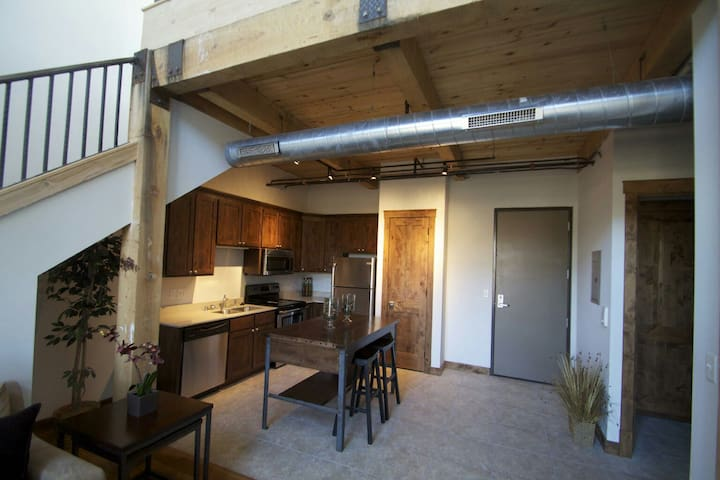 Private Bed/BA in new downtown loft - Waukesha - Apartament
