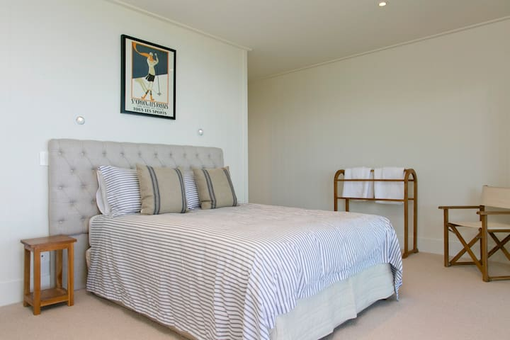 2nd guest bedroom downstairs with Super King size bed and walk in wardrobe