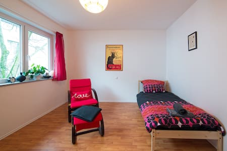 Priv. room& bath - good connections - Frankfurt - House