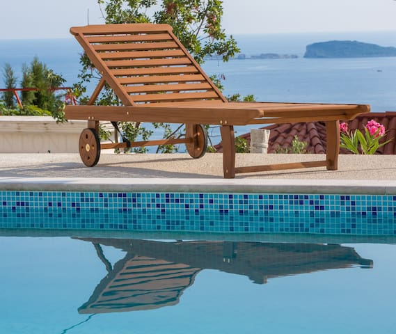 Lily´s home with pool and sea view - Mlini - House