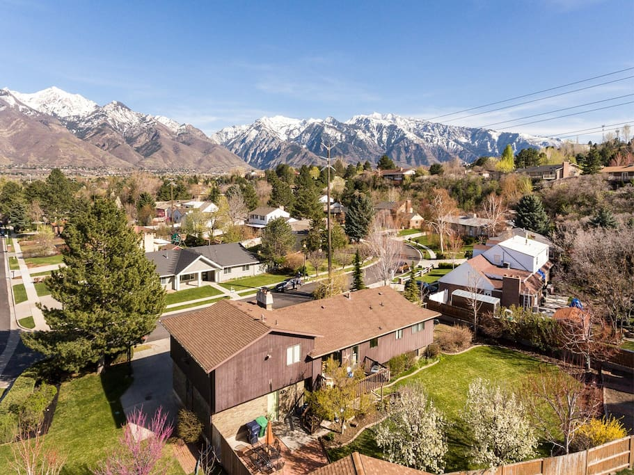 Gorgeous views and close proximity to mountains and shopping, private entrance