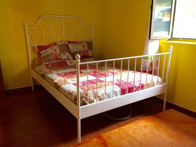 Quarto com 3 camas. Uma de casal e um beliche