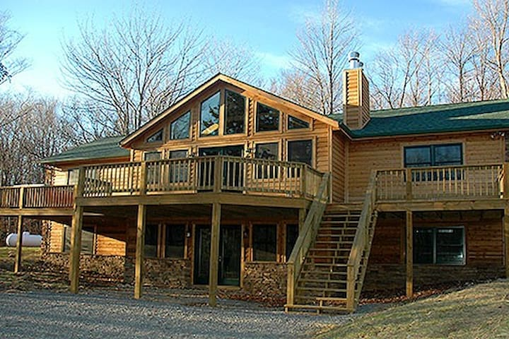 Helena`s Haven - Secluded, Hot Tub, Pet Friendly, Wood Fireplaces