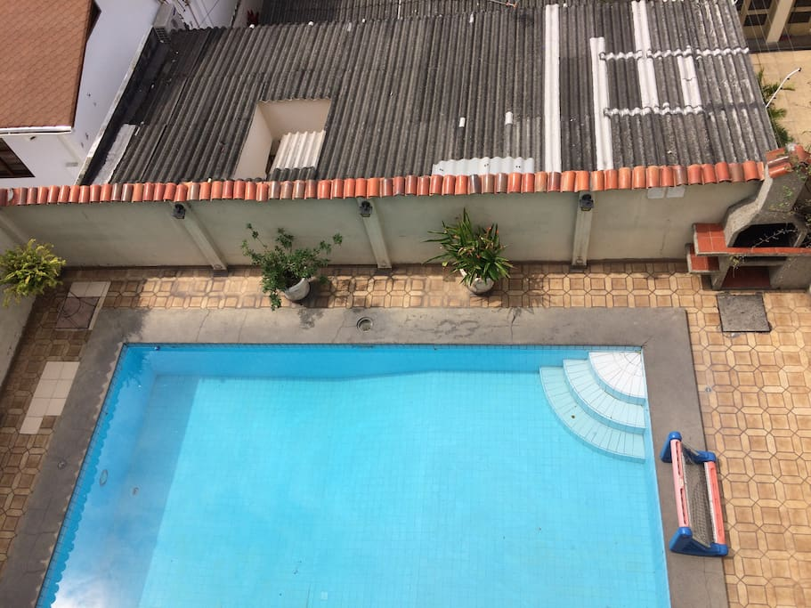 Área social con piscina en el condominio.