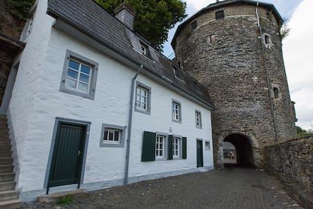 Wohnen im Felsenhäuschen Burg Monschau anno 1586 - Monschau
