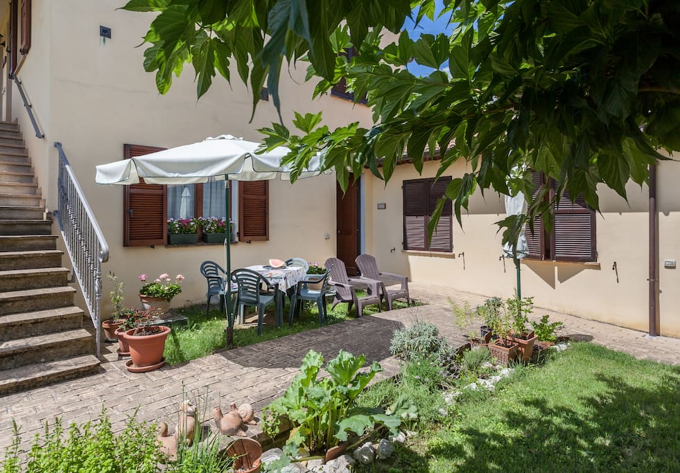 Questo appartamento dispone di un piccolo giardino con tavolo e sedie. This apartment has an outdoor space with furniture