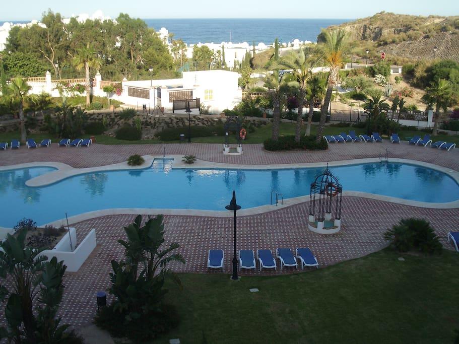hamacas incluidas y sombrillas en piscina
