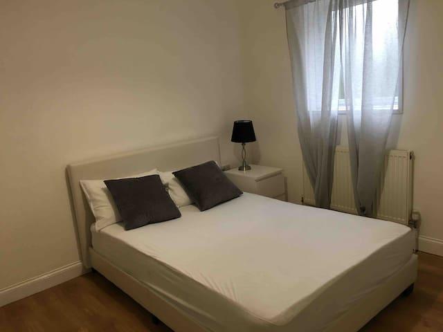 Whitton-Lovely Double Ensuite Room nr LDN Heathrow