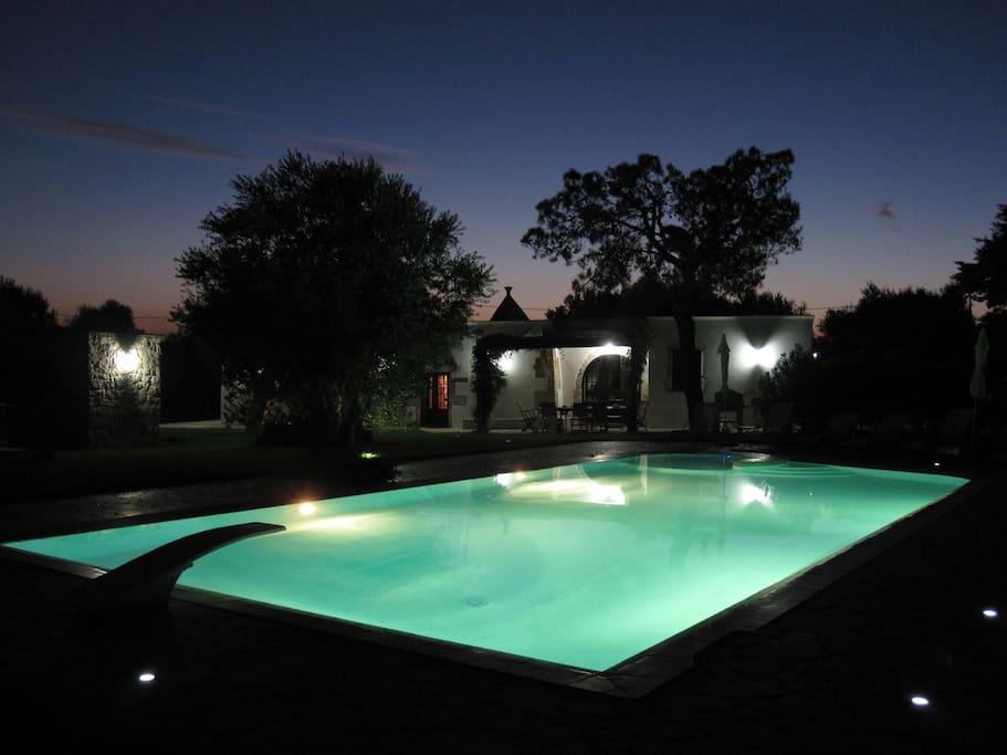la piscina ed il trullo di notte