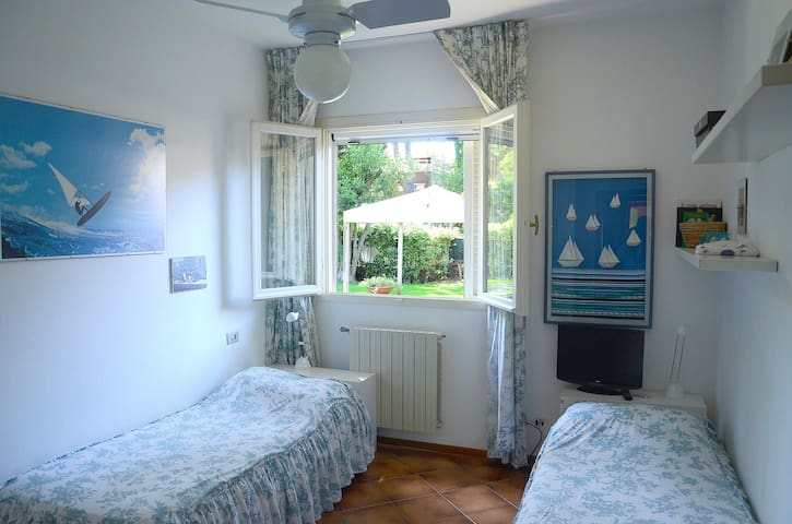 third bedroom with two sinlge beds (can be transformed into queen size if needed)