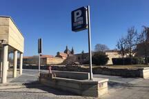 Parking subterráneo a 450 metros. Tarifa de 2 euros por toda la noche (de 23:00 a 7:00) y de 13 euros las 24 horas.