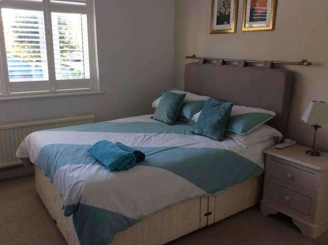 beautiful  and quieDouble Bedroom at rear of house