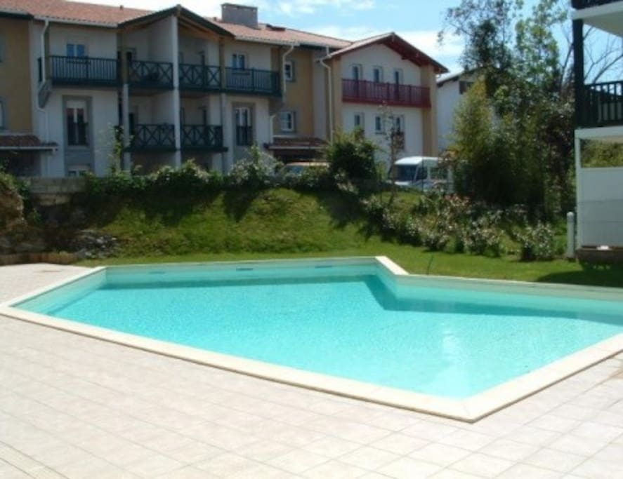 T2 avec piscine terrasse internet appartements louer for Piscine hendaye