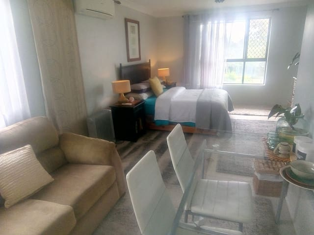 Entire top floor w/air-conditioned b/room+lounge