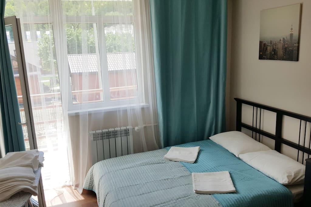 2-спальная кровать 140х220 с постельным бельем и полотенцами