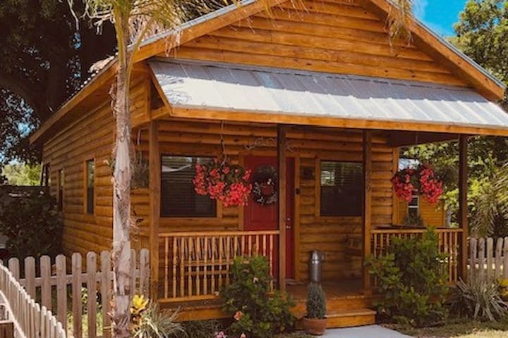 Charming Cabin in Dunedin, Fl! The Outpost Bunkie!